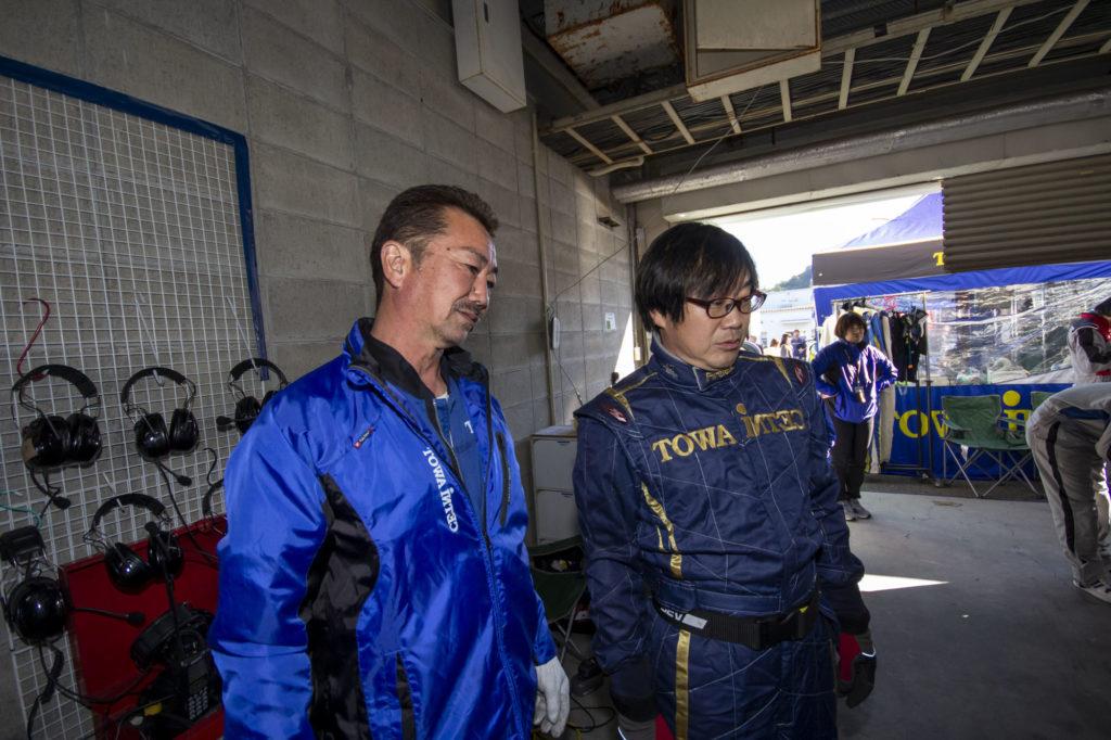 練習走行前のマシンを見守るジュンさんとワタナベさん。