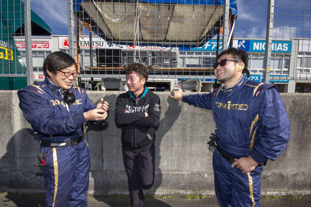 談笑中のワタナベさん、TRUST田村さん、そして藤巻さん。