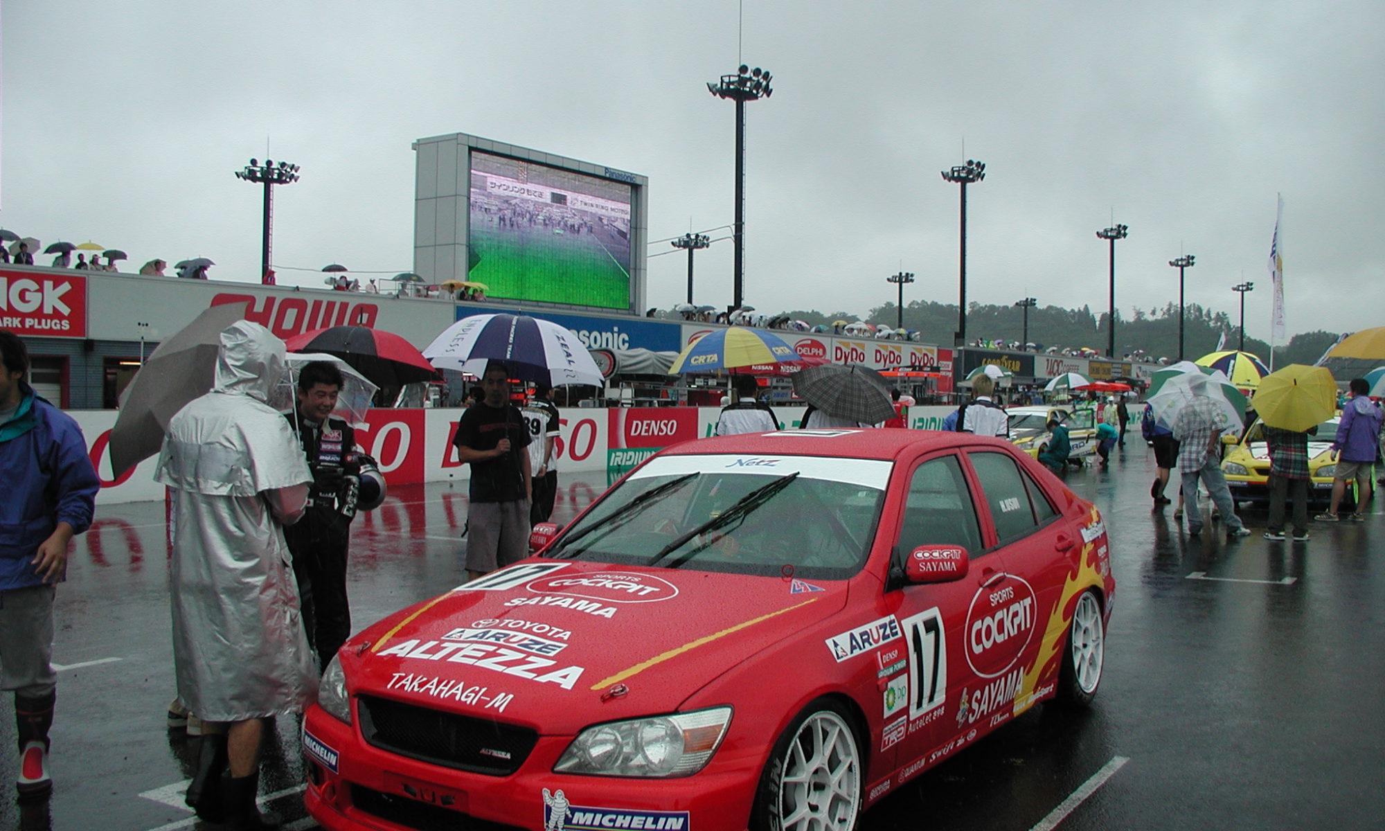 スタート前には土砂降りに。GTのピットでは「ええっ、この天候でレースやるの? 中止じゃないの?」なんてGTドライバーが言っていたとか……・