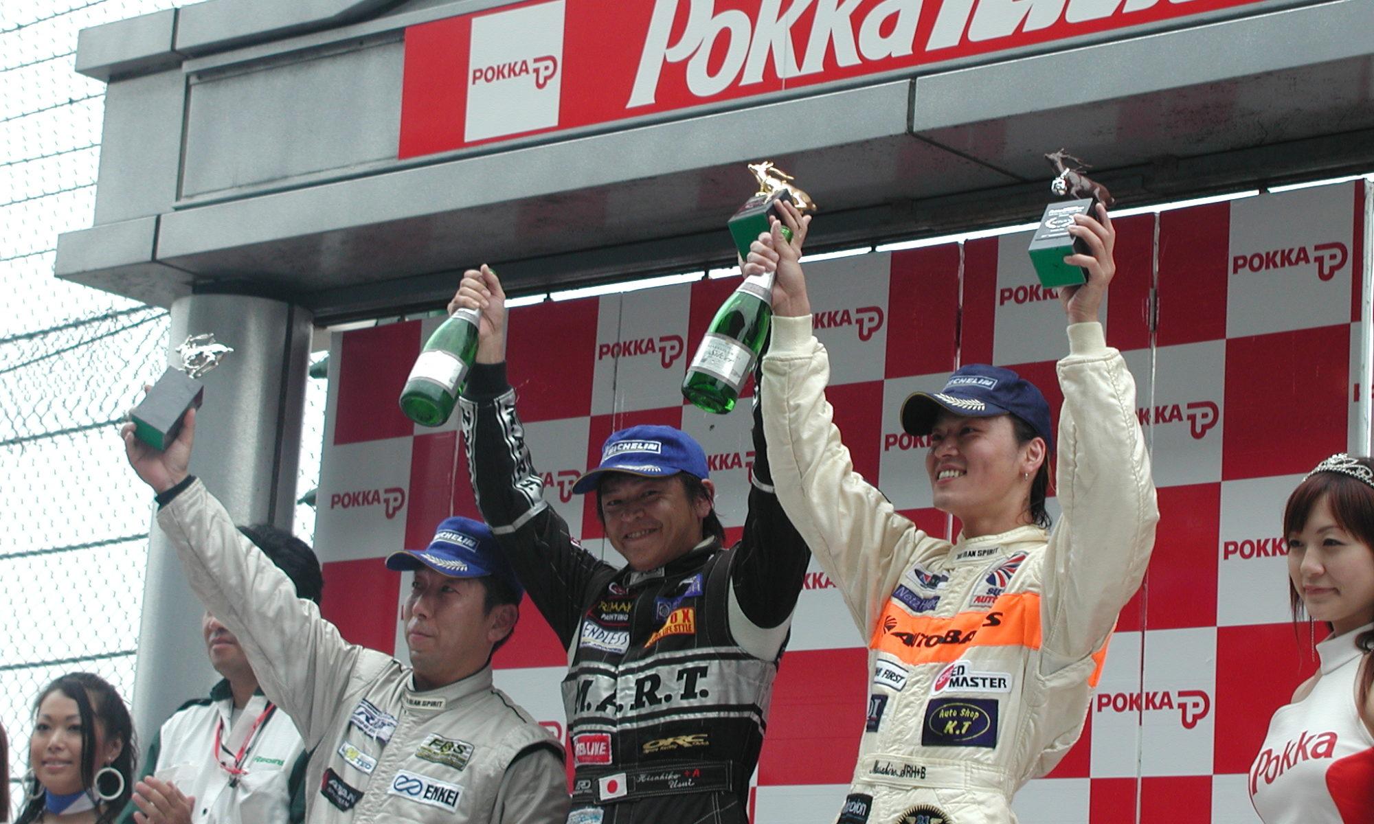 「勝利のシャンパンはまいう~」と運も呼び込んだ表彰台の上で至福のひととき。この瞬間が味わいたいからまたすぐにレースしたくなっちゃうんだよねっ。